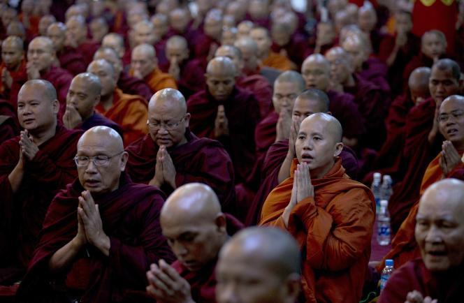 Le moine bouddhiste extrémiste UWirathu (deuxième rang à droite),  à Rangoun, en 2013.