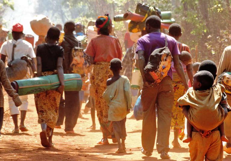 Des Burundais quittent un camp de réfugiés surchargé, en Tanzanie, pour en rejoindre un autre.