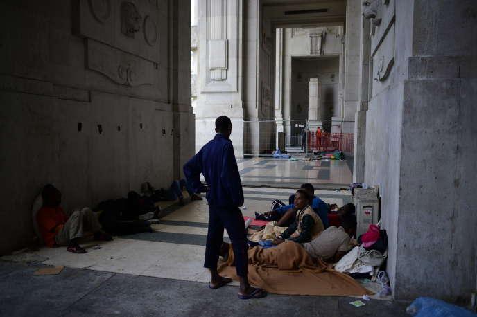 Des migrants en provenance d'Erythrée à la gare de Milan en Italie en juin 2015.