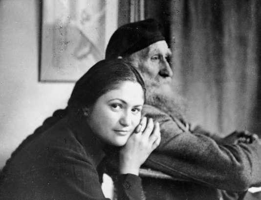 Le sculpteur Aristide Maillol et son modèle Dina Vierny à Banyuls-sur-mer, en 1944, juste avant la mort du sculpteur dans un accident de voiture.
