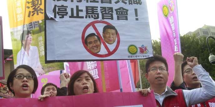 Des opposants à la rencontre entre Ma Ying-jeou et Xi Jinping, mercredi 4 novembre à Taipei.