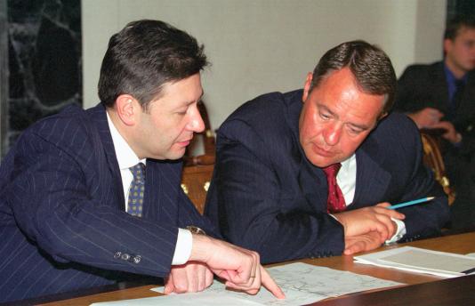 En annonçant la mort de M. Lessine – ici à droite en 2000–, la chaîne de télévision Russia Today avait cité des membres de la famille de l'ancien ministre disant qu'il avait été victime d'une crise cardiaque.