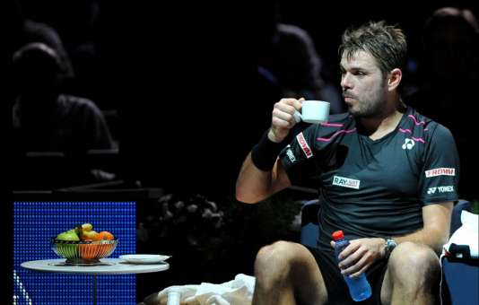 Stan Wawrinka sirote tranquillement son café, sur le central de Bercy, lors de son quart de finale contre Nadal, vendredi 6 novembre.