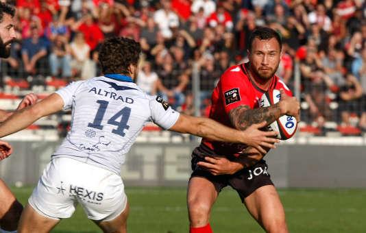 Quade Cooper évite Pierre Berard, le 7 novembre à Toulon