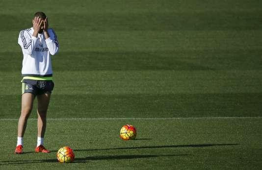 Karim Benzema a été mis en examen pour association de malfaiteurs et tentative de chantage. Un contrôle judiciaire lui interdit de rencontrer Valbuena.