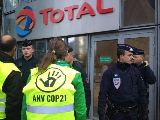 Les militants d'Actions non-violentes COP 21 devant le siège de Total, à La Défense, samedi 7 novembre.