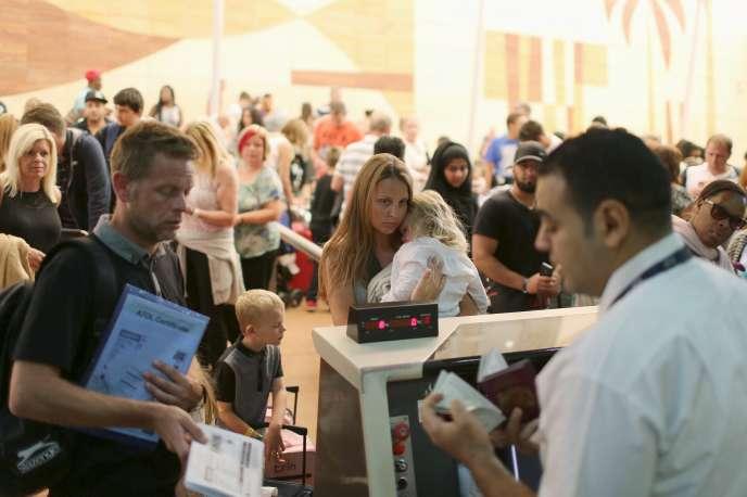 Enregistrement de touristes étrangers à l'aéroport égyptien de Charm El-Cheikh,  le 6 novembre.