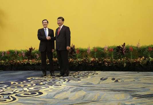 Les présidents chinois, Xi Jinping (à droite), et  taïwanais, Ma Ying-jeou, à Singapour, le 7 novembre. (AP Photo/Wong Maye-E)