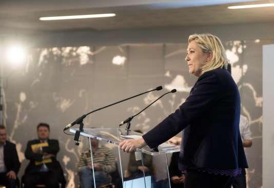La présidente du Front national présentait sa liste pour les régionales tandis qu'au même moment et dans le même bâtiment se tenait un meeting du collectif contre le mariage pour tous.