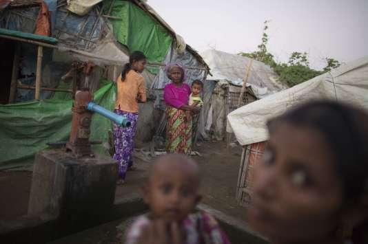 Des membres de la minorité Rohingya, dans un camp de déplacés, à Sittwe, en Birmanie.