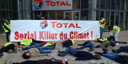 Les militants d'Actions non-violentes COP 21 ont ciblé la compagnie pétrolière française Total, samedi 7 novembre.