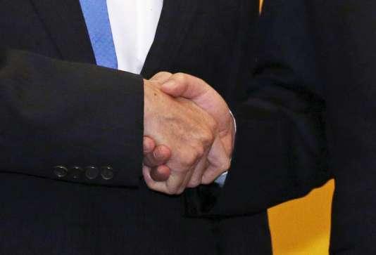 Le président chinois, Xi Jinping, sert la main de son homologue taïwanais, Ma Ying-jeou, à Singapour. REUTERS/Edgar Su