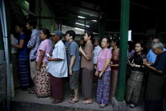 Les bureaux de vote ont ouvert à Rangoun à 6 heures, dimanche 8 novembre.