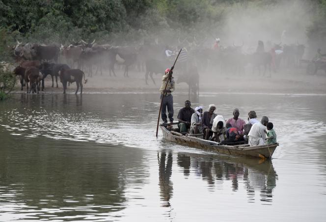 Villageois traversant le lac Tchad, en mars 2015.
