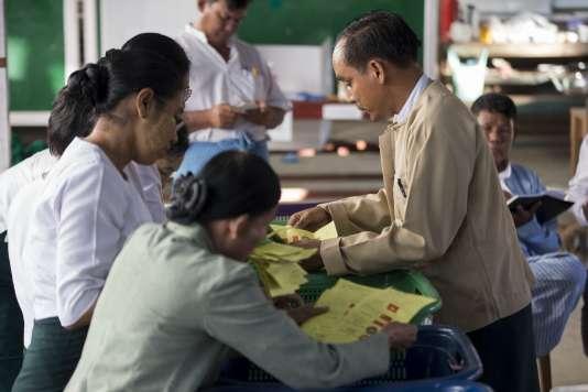 Quelque 80 % des électeurs birmans se sont rendus aux urnes dimanche pour le premier scrutin libre depuis un quart de siècle.