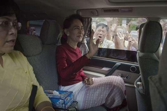 Aung San Suu Kyi quitte sa résidence pour aller voter à Rangoun, le 8 novembre.