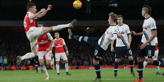 Le défenseur français d'Arsenal Laurent Koscielny (à gauche) dispute la balle au joueur de Tottenham, Christian Eriksen.