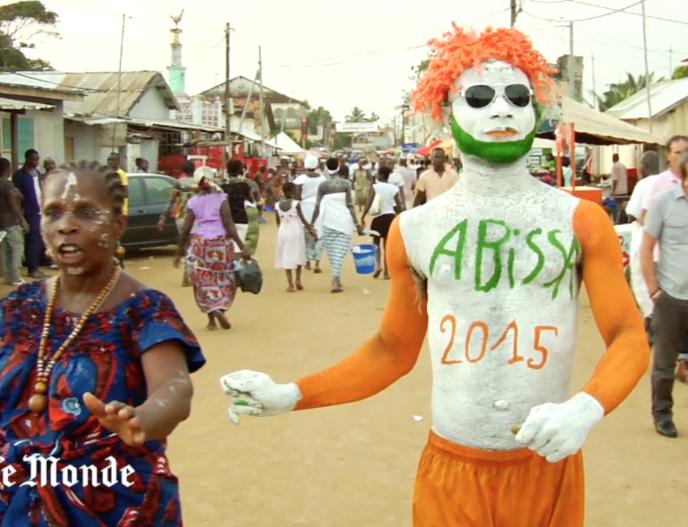 Un festivalier de l'Abissa 2015, dans les rues de Grand-Bassam, le 5 novembre 2015.