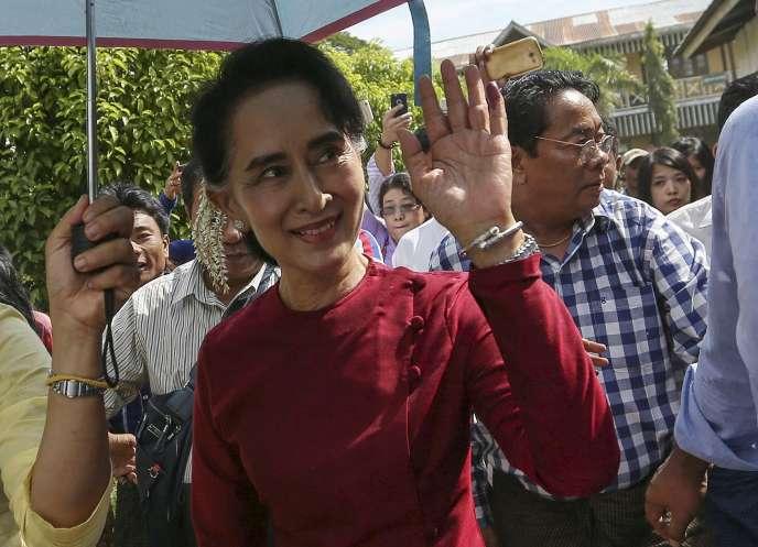 Aung San Suu Kyi  à Kawhmu, aux environs de Rangoun,  le 8 novembre.