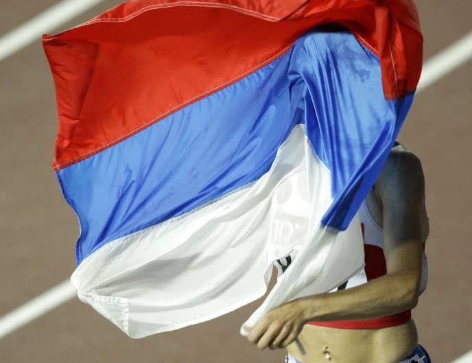 Ekaterina Volkova avec le drapeau russe, le 27 août 2007 aux Mondiaux d'Osaka, au Japon.