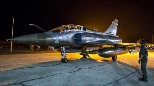 Un avion de l'armée de l'air française est préparé avant un départ en mission au-dessus de la Syrie en novembre 2015.