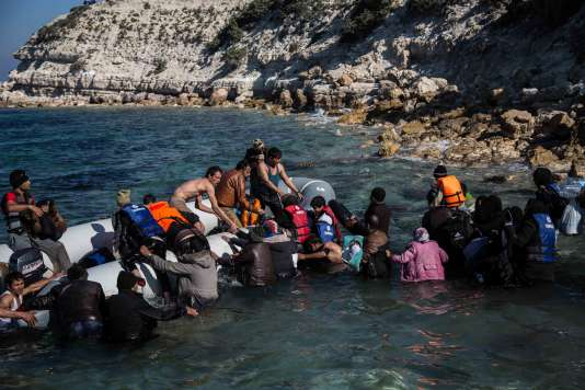 Migrants and refugees walk towards a dinghy to travel to the Greek island of Chios from Cesme in the Turkish province of Izmir on November 9, 2015. Nearly 500 people have died trying to cross the Aegean Sea from neighbouring Turkey this year, many of them in the narrow but treacherous stretch separating Lesbos from Turkey. AFP PHOTO/YASIN AKGUL