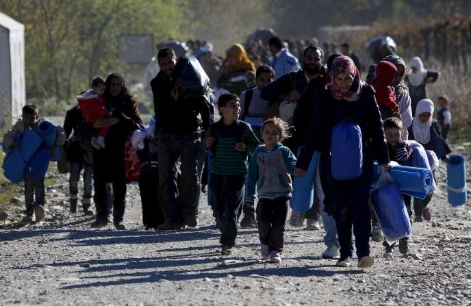 Arrivée de migrants au camp de transit de Gevgelija (Macédoine), 9 novembre 2015. REUTERS/Ognen Teofilovski?