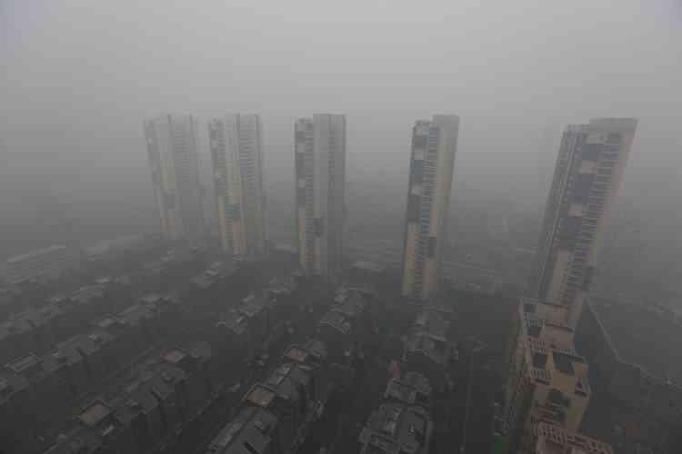 La pollution de l'air, endémique dans le pays, est devenue l'un des principaux sujets de mécontentement des Chinois, lassés de suffoquer et d'assister à l'explosion des cancers du poumon dans les zones urbaines.