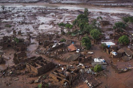 Le petit village de Bento Rodrigues dans l'état du Minas Gerais au Brésil englouti par la coulée de boue.