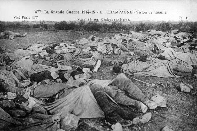 Une carte postale montrant des morts de la Grande Guerre sur un champ de bataille champenois.