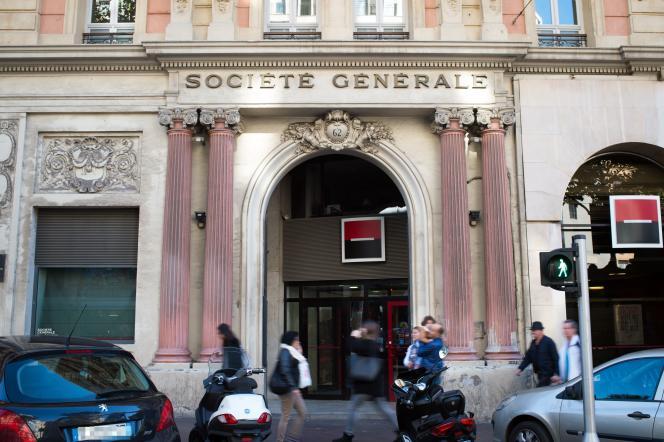 Une agence de la banque Société Générale à Marseille le 5 novembre 2015. La Société Générale commencera à facturer ses comptes courants en janvier 2016.