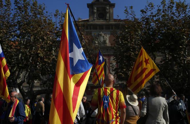 Manifestation de pro-indépendantistes lundi devant le Parlement de Barcelone.