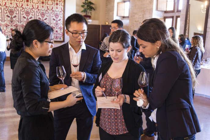 Rentrée des élèves enmanagement du vin de laSchool of Wine &Spirits Business, au château de Gilly-lès-Cîteaux (Côte-d'Or), en septembre.