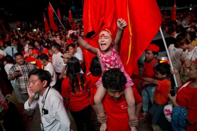 Partisans de la Ligue nationale pour la démocratie (LND), le parti de l'opposante Aung San Suu Kyi, devant le siège du parti, lundi 9 novembre.