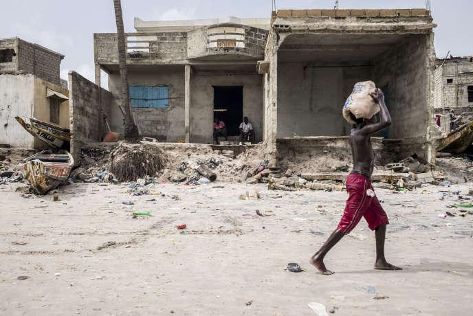 Fin octobre une forte marée a détruit les les façades des maisons sur la plage de Thiaroye, à trente kilomètres de Dakar.