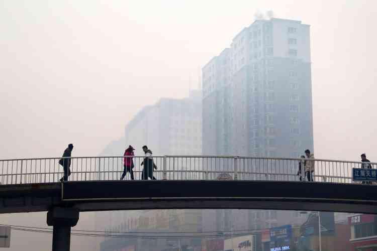 La municipalité de Shenyang a expliqué, sur un compte de microblogs officiel, que ce smog d'une densité extrême était provoqué par le démarrage du système de chauffage central de la ville, principalement alimenté au charbon, à l'orée de l'hiver, ainsi que par la sévère pollution venant des provinces voisines. Des justifications accueillies avec énervement par nombre d'internautes chinois. «C'est la même chose chaque année, rien ne change» malgré les efforts affichés par les autorités, soupirait l'un.
