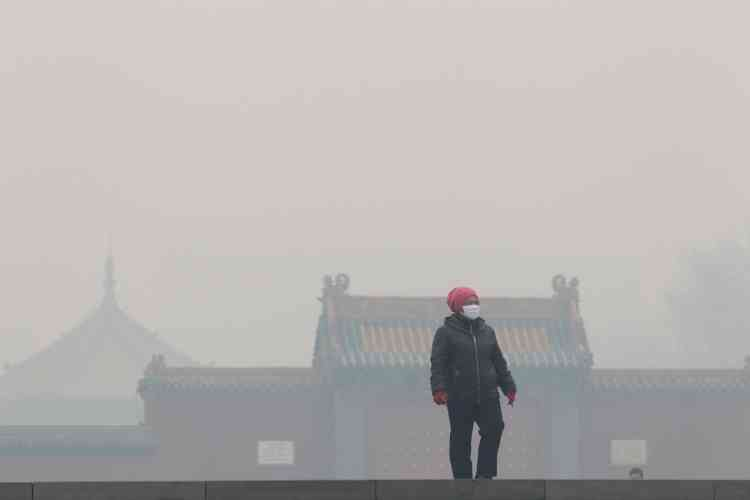 A Shenyang, le 8 novembre. La densité de particules de 2,5 microns de diamètre (PM 2,5) atteignait lundi les 860 microgrammes par mètre cube à Changchun. Elle s'était élevée jusqu'à 1,157 microgrammes par mètre cube à Shenyang dimanche, selon des statistiques du gouvernement local. Mais, d'après la chaîne étatique CCTV, des pics dépassant 1 400 ont été enregistrés dans certains quartiers de la ville. De tels niveaux figurent parmi les plus élevés jamais relevés et rendus publics à travers le pays.