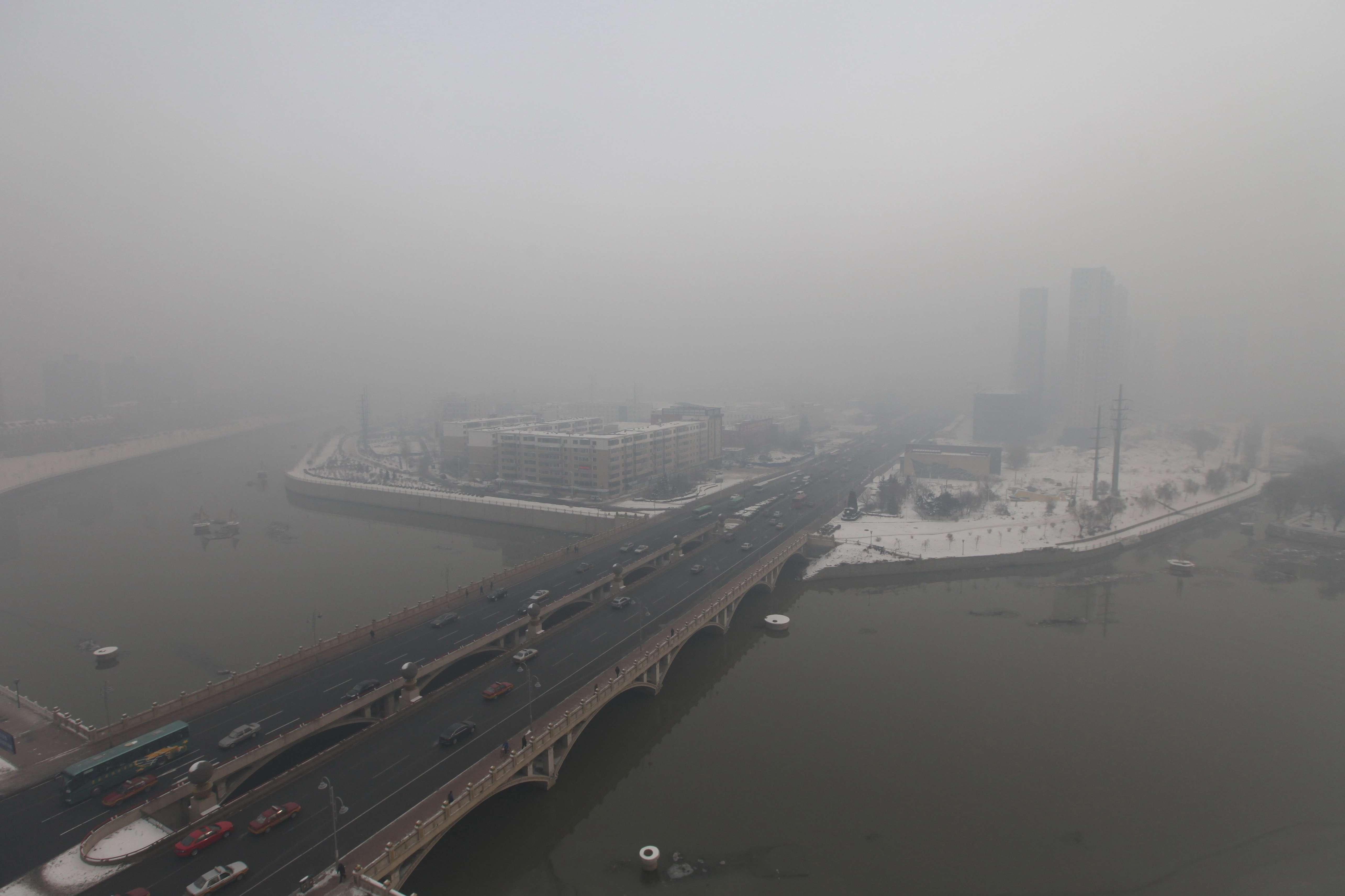 L'Organisation mondiale de la santé (OMS) recommande un plafond moyen de seulement... 25 microgrammes par vingt-quatre heures. Ces microparticules sont accusées d'être impliquées dans des centaines de milliers de morts prématurées en Chine, où ces pics de pollution sont fréquents.