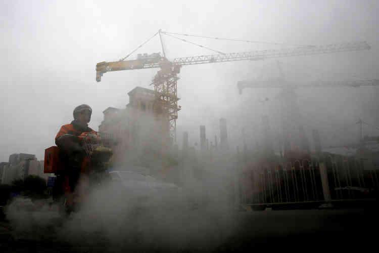 «Quand vous sortez, le simple contact avec l'air vous brûle les yeux, vous écorche la gorge, il vous faut acheter un masque, mais personne ne nous dit spécifiquement ce qu'il faut faire d'autre», témoignait un habitant de Shenyang, dans des propos rapportés par le média étatique.