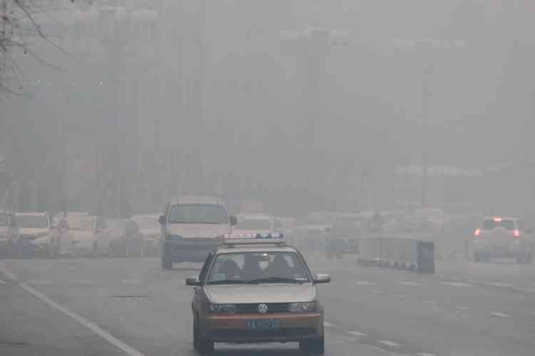 «Le brouillard est à couper au couteau et vous prend à la gorge. Quand je suis sorti de chez moi, j'ai cru qu'un immeuble voisin était en flammes», s'indignait un résident de Changchun sur le réseau social Weibo.