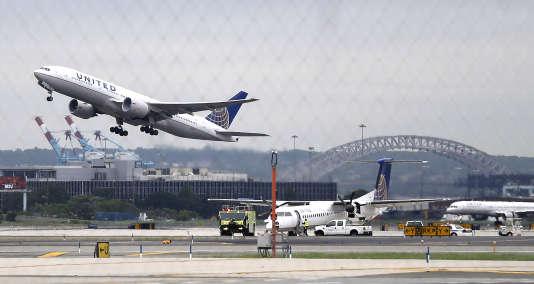 Datant de 2013, une photo d'un avion United Airlines au décollage de l'aéroport de Newark.L'enquête fédérale concernait la ligne aérienne entre Newark et la Caroline du Sud.