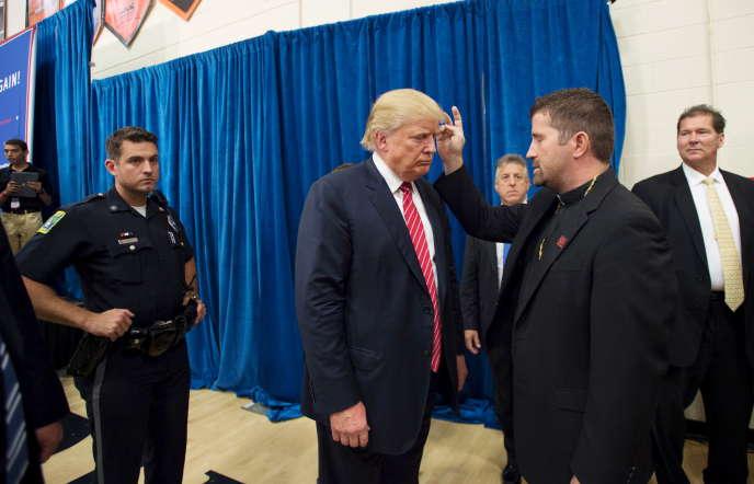 Le révérend Emmanuel Lemelson bénit Donald Trump, candidat républicain à l'élection présidentielle américaine, lors d'un meeting de celui-ci à Keene, dans le New Hampshire, le 30 septembre.
