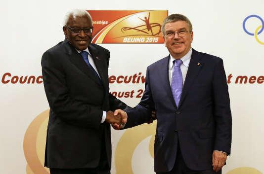 Lamine Diack et Thomas Bach, ici en août 2015, trois mois avant la suspension du Sénégalais comme membre honoraire du CIO pour des soupçons de corruption.