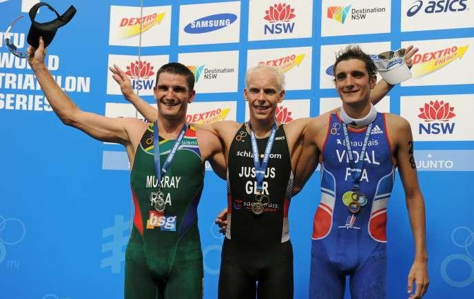 Laurent Vidal (à droite), troisième, derrière l'Allemand Steffen Justus et le Sud-Africain Richard Murray, de la première manche des World Series 2012 de triathlon.
