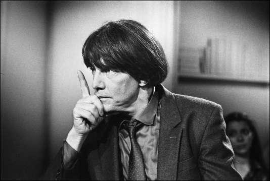 """André Glucksmann, invité à l'émission """"Apostrophes"""", animée par Bernard Pivot, le 26 avril 1985."""