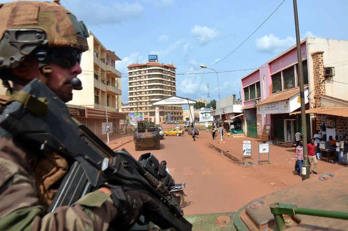 Un soldat français, membre de l'opération «Sangaris», patrouille à Bangui, le 20mai2015.