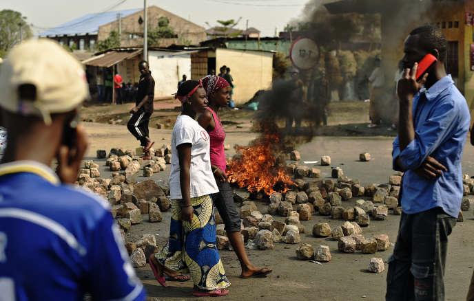 Devant les restes d'une barricade, le 21 juillet, à Bujumbura, la capitale burundaise.
