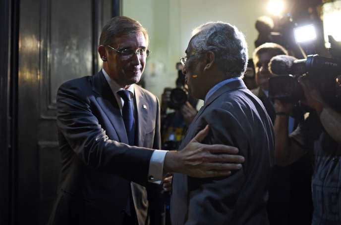 Pedro Passos Coelho et Antonio Costa au siège du Parti Socialiste portugais à Lisbonne le 13 octobre 2015.