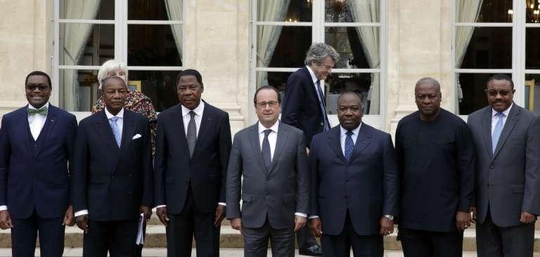 François Hollande, entouré de chefs d'Etat africains, le 10 novembre 2015, présents à l'Elysée pour une réunion préparatoire à la COP21. Derrière, l'ancien ministre de l'écologie,Jean-Louis Borloo, président de la fondation Energies pour l'Afrique.