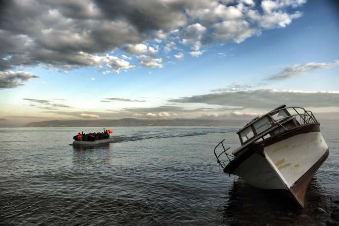 La Turquie, qui accueille officiellement 2,2 millions de réfugiés syriens, est le point de départ favori de nombreux migrants, qui prennent la mer dans des conditions périlleuses à destination des îles grecques.
